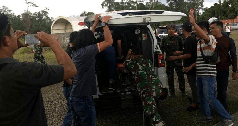 Jenazah anggota TNI dievakuasi (ist),