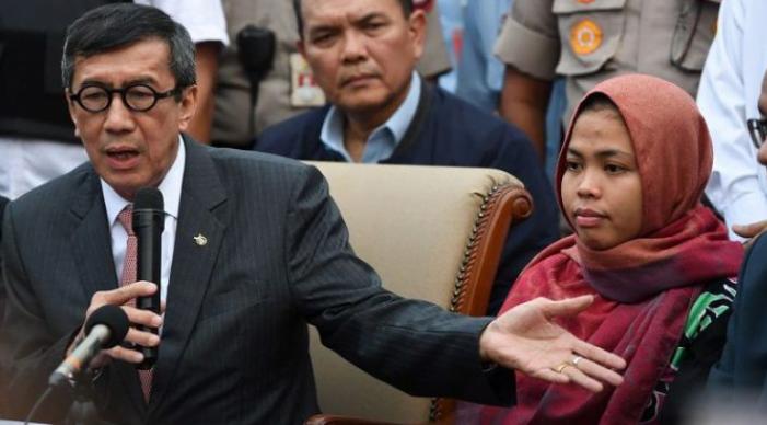 Menkumham Yassona Yasonna Laoly (kiri) bersama Siti Aisyah (kanan) memberikan keterangan setibanya di Bandara Halim Perdanakusuma, Jakarta, Senin (11/3/2019).