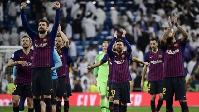 Para pemain Barca lakukan selebrasi usai kalahkan Alaves 2-0.