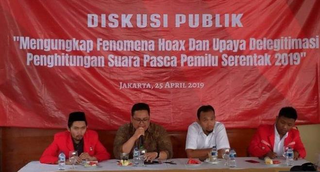 Anggota Bawaslu RI Rahmat Bagja dalam diskusi publik bertajuk mengungkap fenomena hoaks dan upaya delegitimasi penghitungan suara pasca pemilu serentak 2019, di RM Mbah Jingkrak, Jakarta Timur, Kamis, 25 April 2019.
