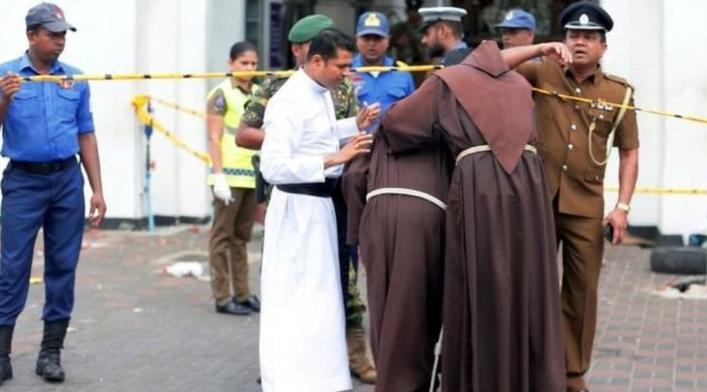 Pararohaniawan di depan gereja St Anthony diKochchikade, salah-satu gereja yang menjadi target serangan.