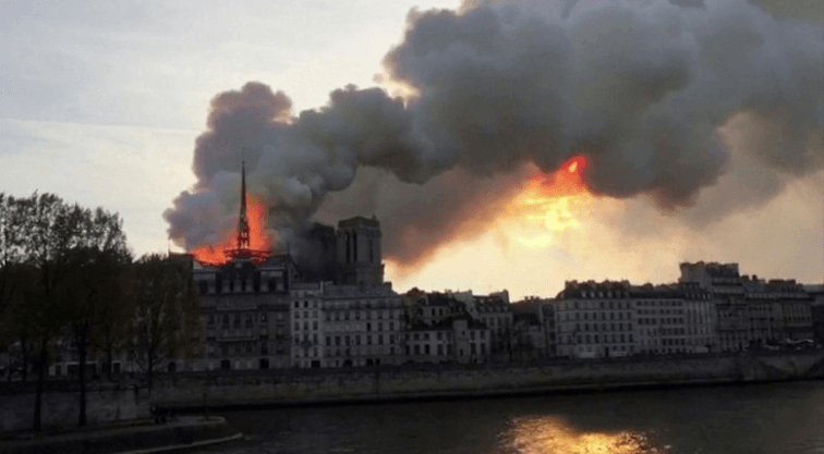 Gereja Notre Dame terbakar (REUTERS/Julie Carriat).