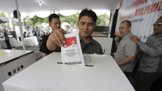 Simulasi pencoblosan Surat Suara Pemilu 2019.