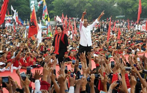 Jokowi di dampingi Megawati Soekarnoputri saat kampanye di Solo.