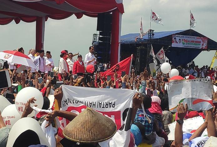 Calon presiden petahana Joko Widodo saat kampanye terbuka di Cirebon, Jawa Barat.