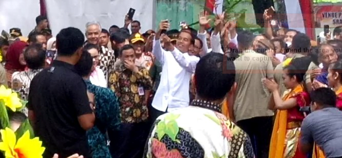 Presiden Jokowi layani selfi para peserta.