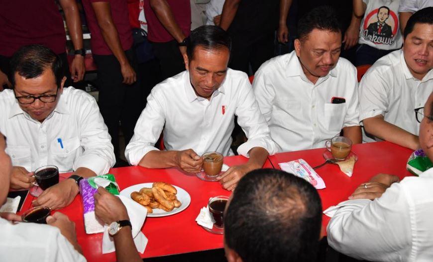 Jokowi saat ngopi bareng milenial di Rumah Kopi, Jalan Roda, Manado.