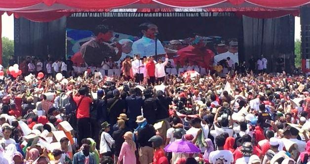 Capres nomor urut 01 Joko Widodo di Kampanye Terbuka di Cirebon, Jawa Barat.