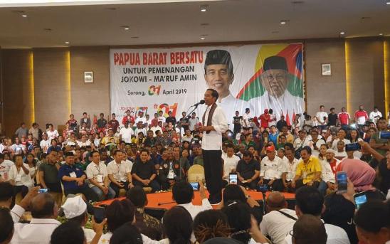 Calon presiden nomor urut 01 Joko Widodo berkampanye di Ahmad Convention Center, Sorong, Senin (1/4/2019).