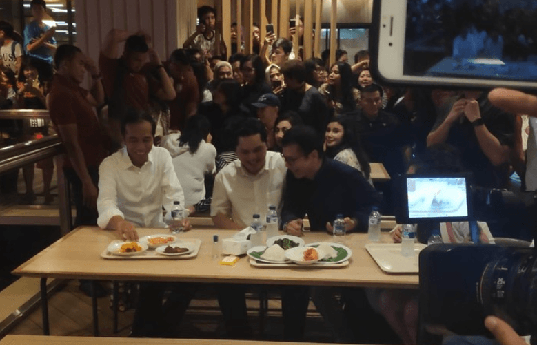 Jokowi saat makan nasi Padang di Grand Indonesia.