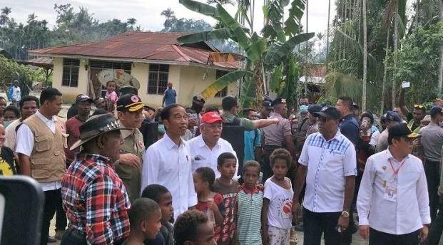 Presiden Jokowi meninjau lokasi terdampak banjir bandang di Sentani Jayapura.
