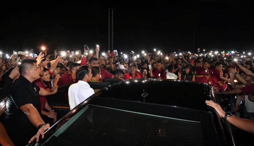 Jokowi saat turun dari mobil untuk temui masyarakat Manado.