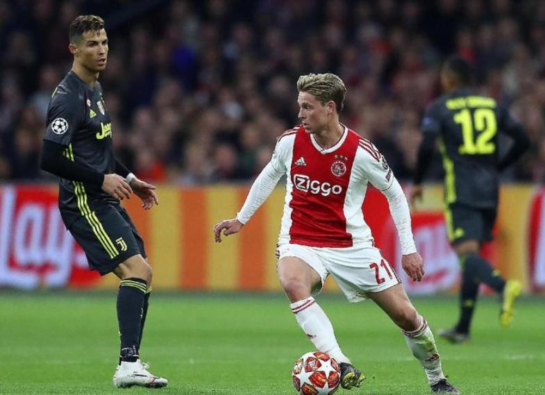 Gelandang Ajax Amsterdam Frenkie De Jong (kanan) dan penyerang Juventus Cristiano Ronaldo di leg pertama perempatfinal Liga Champions, Kamis (11/4/2019) dini hari WIB. (Foto: Michael Steele/Getty Images).