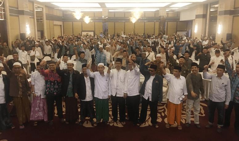 Guru madrasah diniyah (Madin) dan pengasuh pondok pesantren (ponpes) se-Jatim deklarasi dukung Jokowi-Ma'ruf.