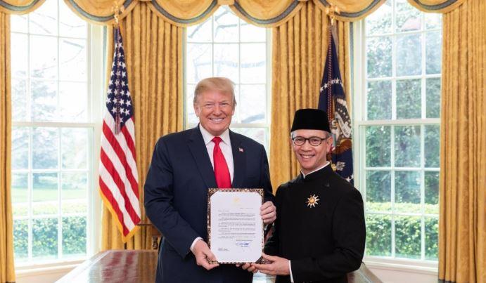 Dubes RI untuk AS Mahendra Siregar menyerahkan surat kepercayaan kepada Presiden AS Donald Trump. (Foto: Dok. KBRI Washington DC)