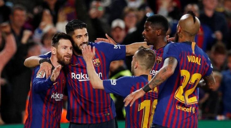 Lionel Messi disambut seluruh pemain Barcelona selepas mencetak gol ke gawang Levante. (Foto: Albert Gea/Reuters)