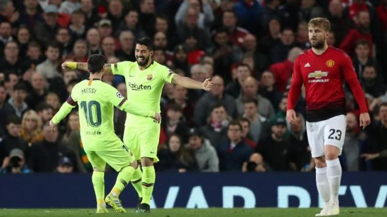 Luis Suarez dan Lionel Messi merayakan gol ke gawang Manchester United yang berasal dari bunuh diri Luke Shaw di leg pertama perempatfinal Liga Champions di Old Trafford, Kamis (11/4/2019) dini hari WIB. (Foto: Lee Smith/Reuters)