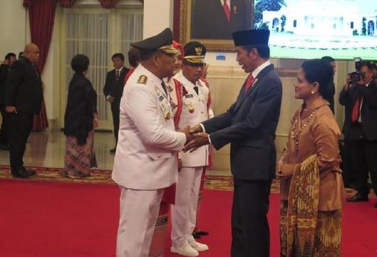 Presiden Jokowi saat berikan selamat kepada Murad.
