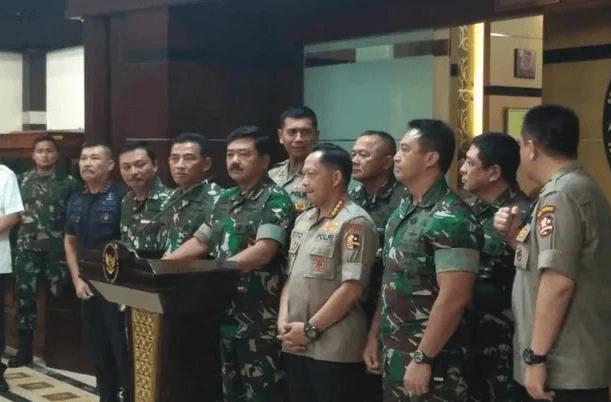 Panglima TNI  Marsekal Hadi Tjahjanto dan Kapolri Jenderal Tito Karnavian saat berikan penjelasan kepada media.
