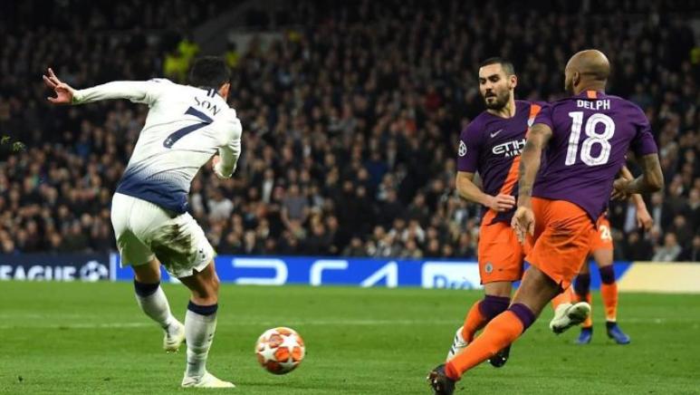 Son saat cetak gol ke gawang Manchester City.