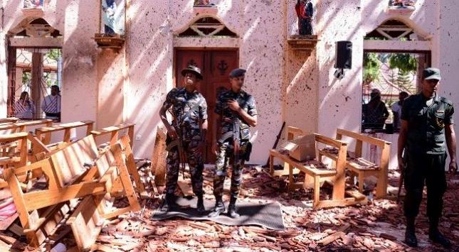 Tentara berjaga-jaga di lokasi serangan bom gereja saat perayaan Paskah di Sri Lanka, Minggu (21/4/2019). (AFP)