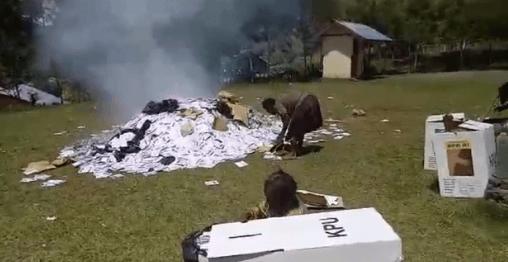 Surat suara yang dibakar warga di Puncak Jaya Papua (Screenshot video viral).