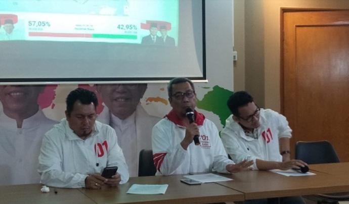 Direktur Komunikasi Politik TKN Usman Kansong (tengah), saat berikan penjelasan kepada media.