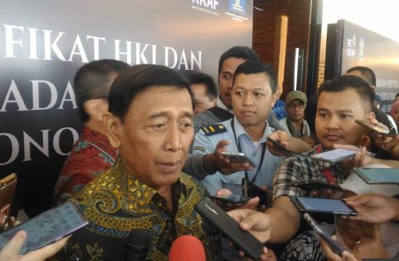 Wiranto saat berikan penjelasan kepada wartawan.