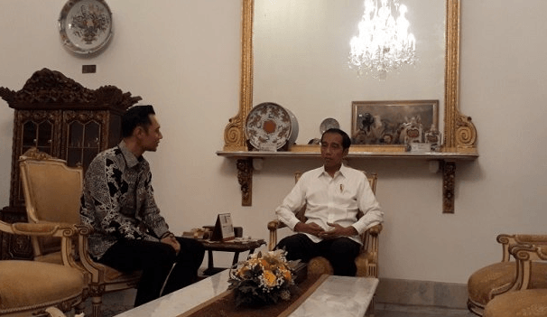 Presiden Jokowi saat berbincang dengan AHY.