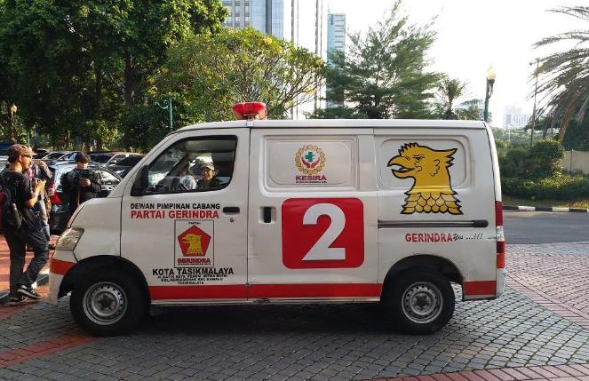 Ambulans yang membawa batu saat aksi 22 Mei.