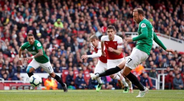 Eksekusi penalti striker Brighton & Hove Albion Glenn Murray ke gawang Arsenal membuat skor 1-1 pada pekan ke-37 Premier League di Stadion Emirates, Minggu (5/5/2019) malam WIB. (Premier League)