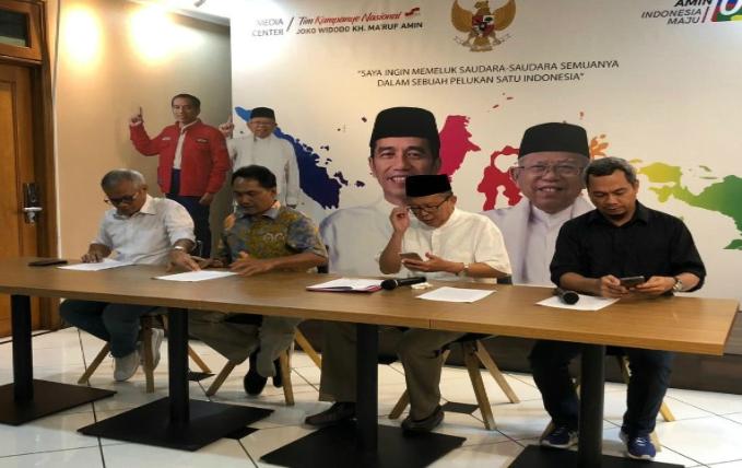 Wakil Ketua TKN Arsul Sani (tengah) di Media Center Jokowi-Ma'ruf, Jakarta, Kamis (23/5/2019).