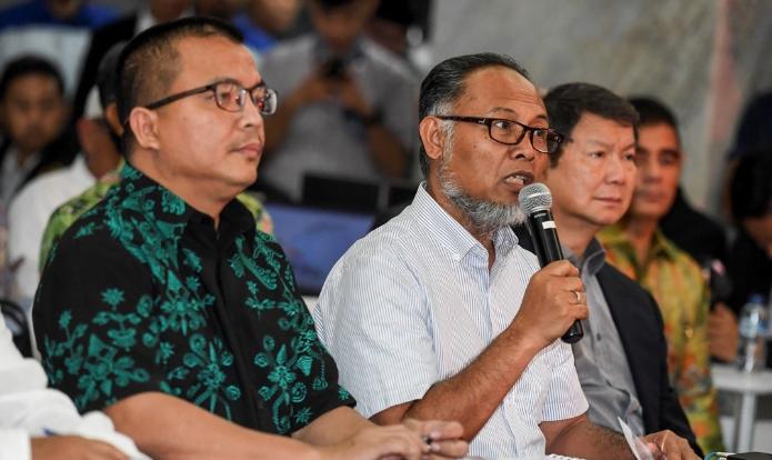 Ketua Tim Hukum BPN Bambang Widjojanto (tengah) di Gedung Mahkamah Konstitusi.