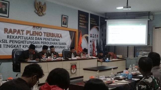 Suasana rapat pleno terbuka rekapitulasi dan penetapan hasil penghitungan perolehan suara di tingkat Kabupaten Banyumas, Jumat malam (3/5/2019).