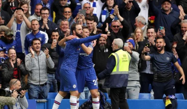 Gonzalo Higuain (kiri) menutup pesta tiga gol Chelsea kontra Watford pada pekan ke-37 Premier League di Stamford Bridge, Minggu (5/5/2019) malam WIB. (Foto: Premier League)