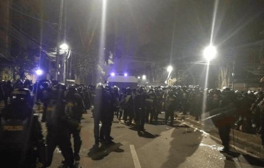 Aparat keamanan masih berjaga-jaga di depan gedung Bawaslu.