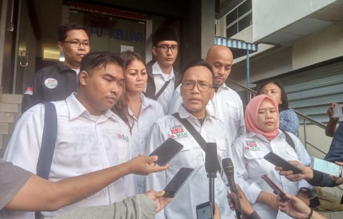 Ketua Umum Jokowi Mania Immanuel Ebenezer saat melapor ke Polda metro Jaya.