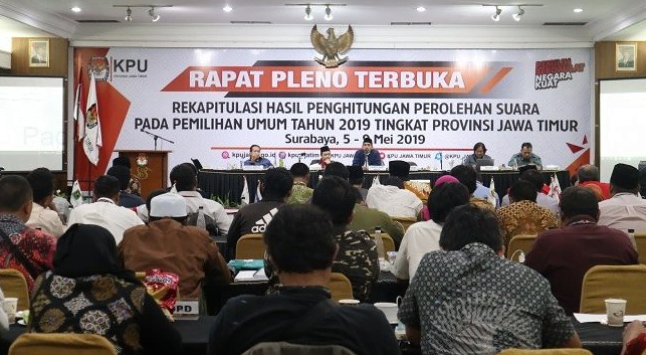 Pleno rekapitulasi hasil suara Pemilu 2019 KPU Jawa Timur.