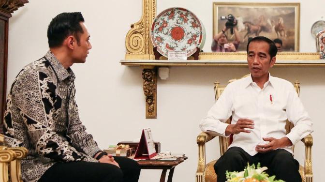 Presiden Joko Widodo (kanan) menerima kunjungan petinggi Partai Demokrat Agus Harimurti Yudhoyono (AHY) di Istana Negara, Jakarta.