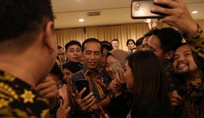 Presiden Joko Widodo melayani wartawan untuk berfoto seusai acara buka puasa bersama wartawan kepresidenan di Jakarta.