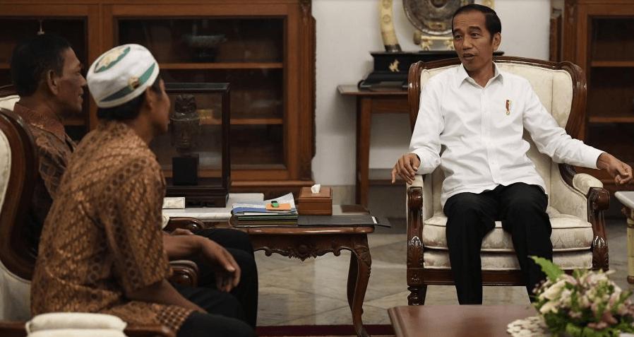 Presiden Joko Widodo menerima pedagang kaki lima yang menjadi korban penjarahan saat aksi 22 Mei, Abdul dan Ismail, di Istana Merdeka, Jakarta, Jumat (24/5).