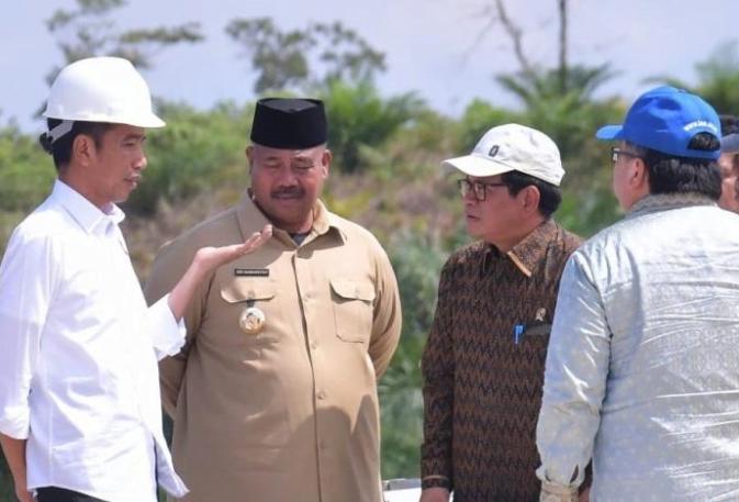 Presiden Joko Widodo meninjau kawasan Kecamatan Samboja, 38 km utara Balikpapan, Kalimantan Timur.