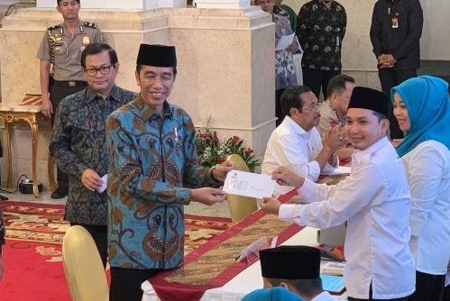 Presiden Joko Widodo (Jokowi) melakukan kewajiban membayar zakat mal di Istana Negara, Jakarta.