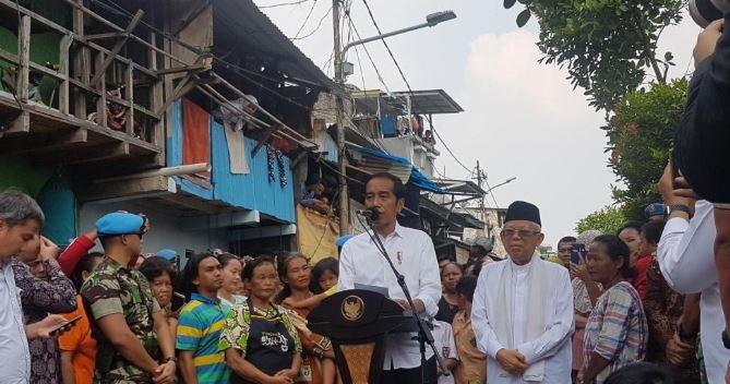 Pasangan pemenang Pilpres 2019 Joko Widodo-Ma'ruf Amin menyampaikan pidato kemenangan di Kampung Deret, Jakarta.