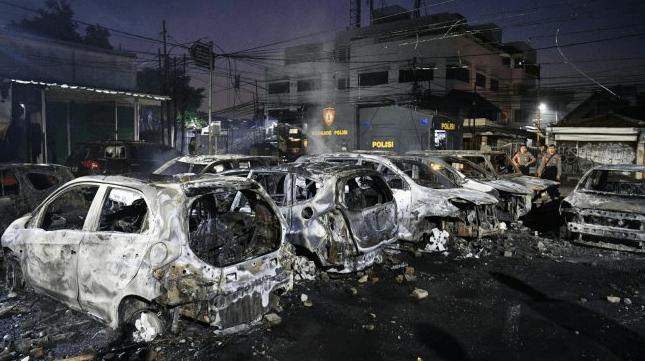 Sejumlah mobil di Asrama Brimob Petamburan, Tanah Abang, Jakarta terbakar setelah diserang demonstran pendukung calon presiden Prabowo Subianto, Rabu dini hari (22/5/2019). (Foto: ANTARA)