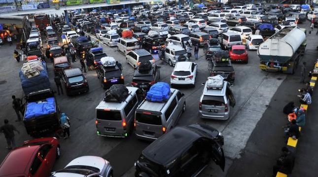 Ratusan kendaraan pemudik yang akan menyeberang ke pulau Sumatera antre memasuki kapal roro di Pelabuhan Merak, Banten, Kamis (30/5/2019).