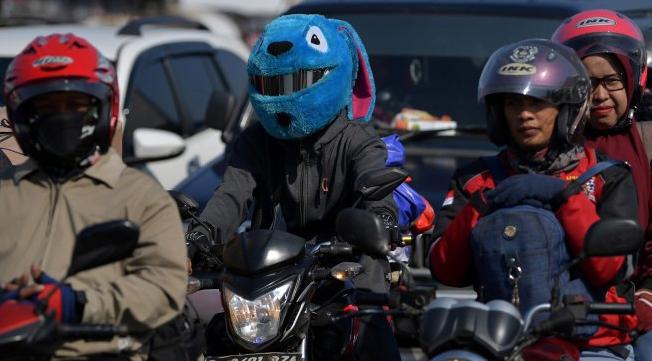 Sejumlah pemudik dengan sepeda motor melintas di jalur pantura, Cirebon, Jawa Barat, Kamis (30/5). (Foto:ANTARA)