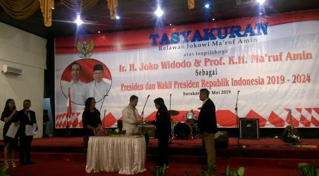 Mantan Ketum PAN Sutrisno Bachir (baju putih) memberikan tumpeng kepada Haryanto, kakak ipar Presiden Jokowi, dalam acara syukuran relawan Jokowi - Ma'ruf Amin di Gedung Graha Sabha Buana, Solo, Jawa Tengah, Sabtu (25/5/2019).