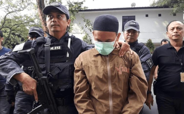 Hermawan Susanto, pria yang ditangkap polisi karena diduga mengancam memenggal kepala Presiden Jokowi, dibawa ke Polda Metro Jaya.