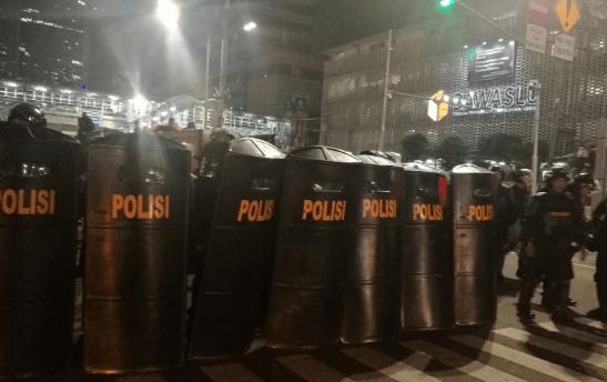 Polisi yang berjaga di depan gedung Bawaslu.